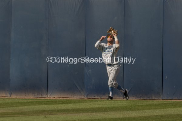 Eric Filia makes a catch at the warning track.